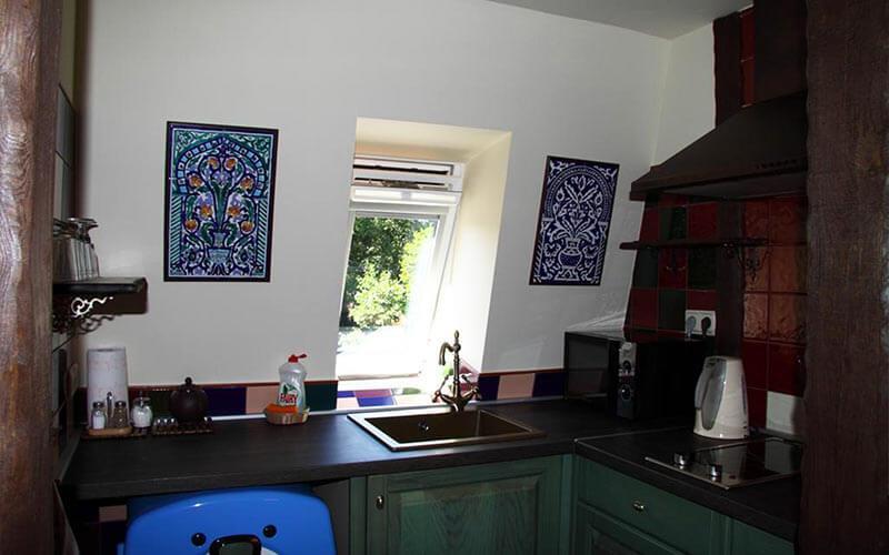 Pusryčių salė su atskirais staliukais ir puikiu vaizdu į kiemą